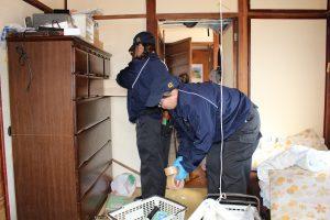 汚部屋・ゴミ屋敷整理女性スタッフ作業中